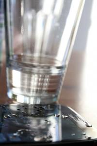 Wasser macht das Handy nass. Macht aber nix, wenn's wasserdicht ist.